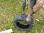 Furos no pneu para inserção do tudo de adução de águas negras (o que vem do vaso sanitário).