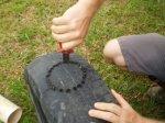 Detalhe do rompimento dos arames internos ao pneu com alicate de corte.