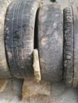 """Separe alguns pneus com pedaços de caliça para facilitar a comunicação com as águas do """"tubo"""" séptico e o material envolvente."""
